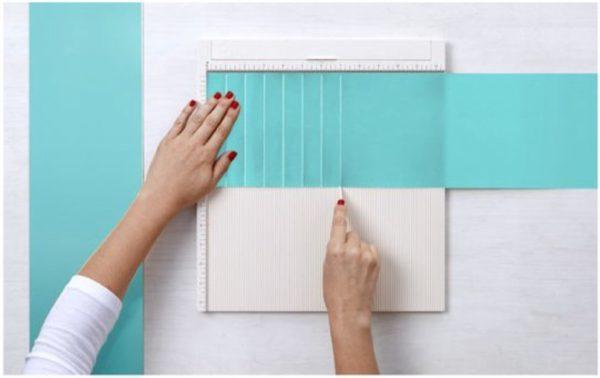 Бумагу разрезать на полосы шириной от 15 см и больше