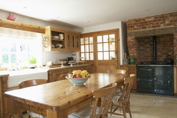 Деревянная мебель и кирпичные стены прекрасно гармонируют