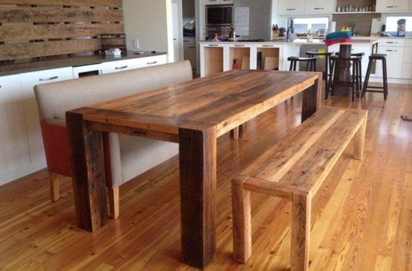 Деревянный стол для кухни из массива дерева – классический вид мебели, который сейчас обойдется недешево