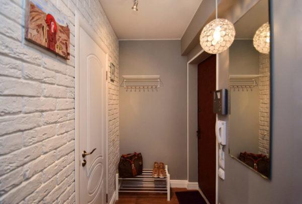 Дизайн интерьера прихожей с кирпичной стеной