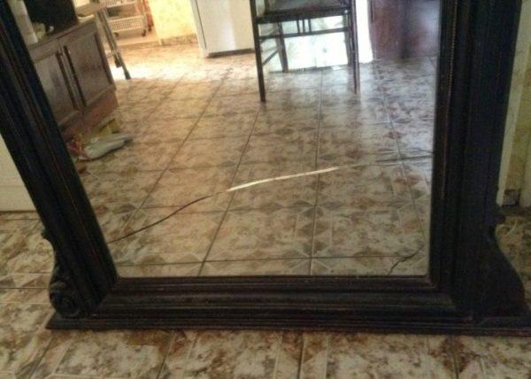 Есть древняя примета, что смотреться в разбитое либо треснутое зеркало нельзя
