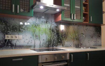 Фартук прекрасно соседствует с плитой или варочной панелью и не боится воздействия тепла