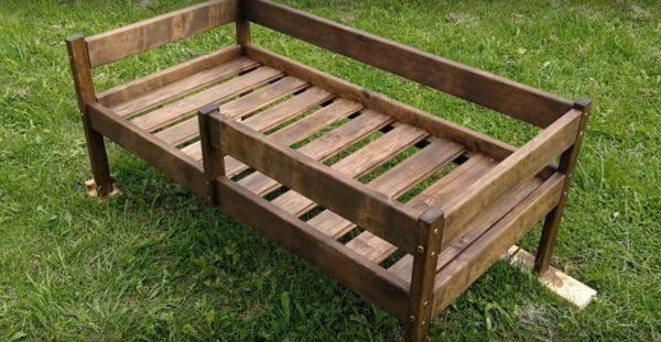 Готовая кроватка из массива дерева