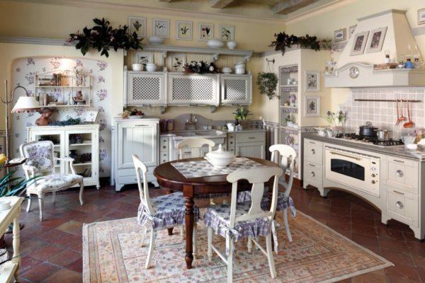 Интерьер кухни отличается функциональностью и лаконичностью