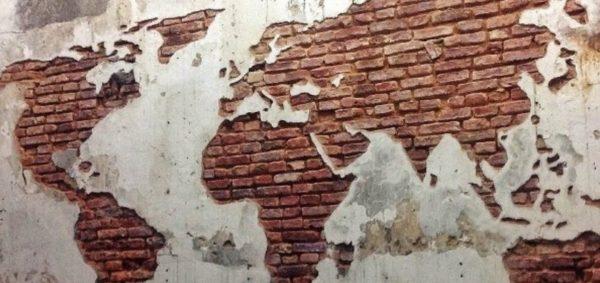 Интересный способ декорирования стен. Карта мира