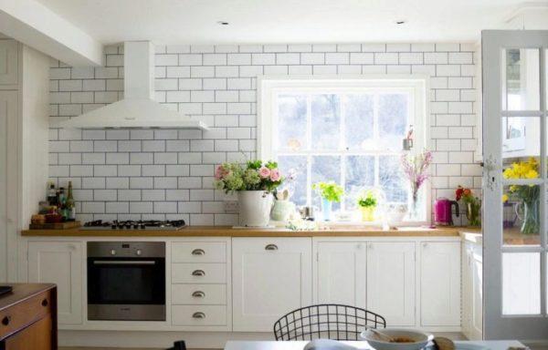 Кирпичная стена на кухне в стиле прованс