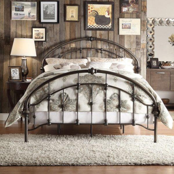 Кованая кровать станет достойным украшением любой спальни