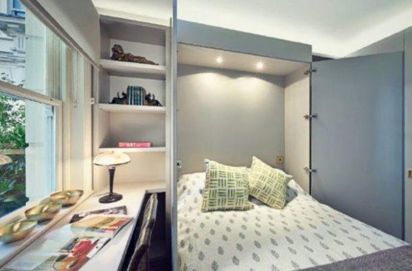 Кровать встроена в шкаф с распашными створками