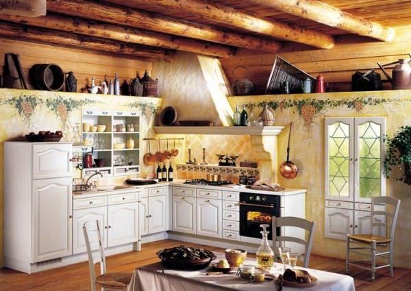 Кухня в частном доме. Грубые деревянные балки - яркий акцент деревенского стиля