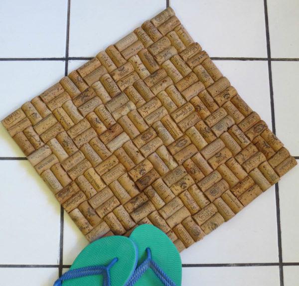 Квадратный коврик из пробок
