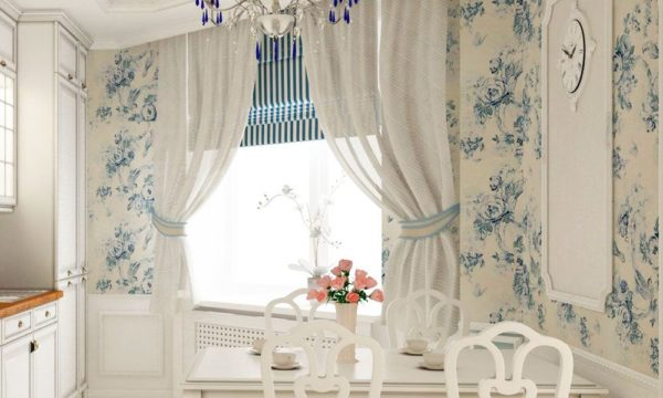 Легкие ситцевые занавески и плотная римская штора