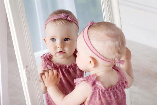 Малышей не подносят к зеркалам, чтобы не испугать