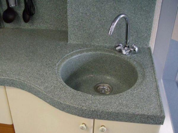 Мойки кухонные из искусственного камня беспроблемно очищаются мягкой тряпкой и жидким моющим средством