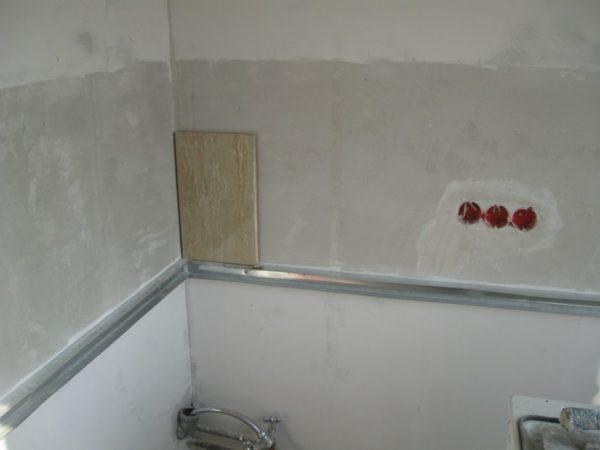 Монтаж любых фартуков подразумевает предварительную подготовку стен - очистку и выравнивание