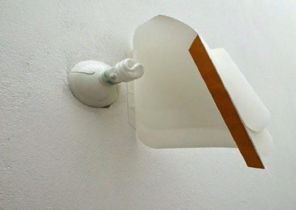 На фото показано, как крепить бумажный плафон