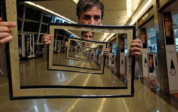 Не располагайте зеркала друг напротив друга. Так вы создадите коридор, который может спровоцировать негативные эмоции