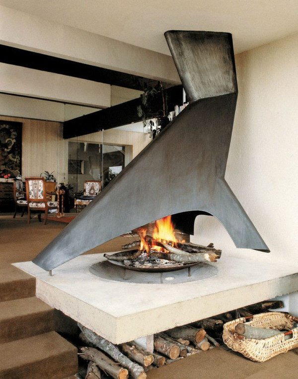 Необычный дровяной камин в частном доме