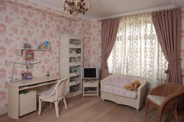 Нежные розовые обои с цветочным рисунком в интерьере детской