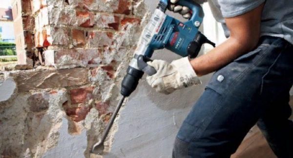 Очистка стен от штукатурки до обнажения кладки