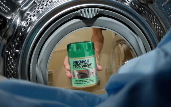 Одни производители разрешают стирать мембранные вещи в стиральной машинке на деликатном режиме, другие категорично рекомендуют только ручную стирку