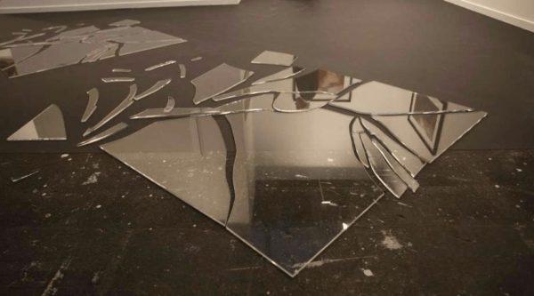 Осколки большого зеркала на полу