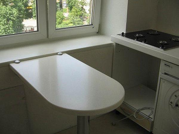 Откидной стол для маленькой кухни. свободный край опирается на стальную ножку