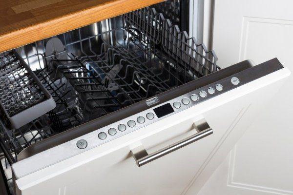 Панель управления посудомойки следует протирать сухой тряпкой