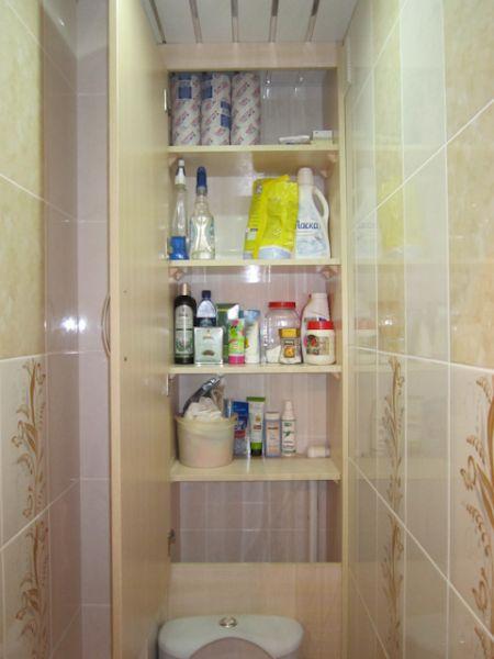 Полки в шкафчике прекрасно подходят для хранения банных и прочих принадлежностей