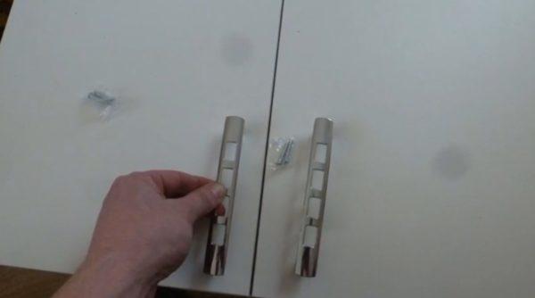 Положение ручек должно учитываться при установке шкафа