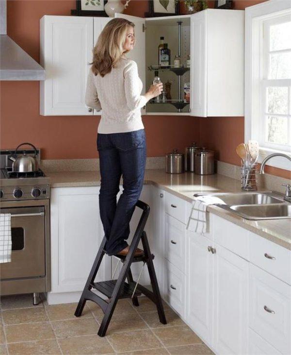 Пользоваться кухонными шкафчиками должно быть удобно без дополнительных стремянок