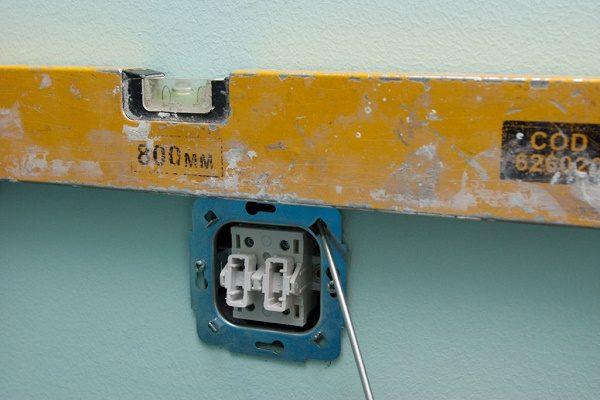 После погружения механизма выключателя в гнездо, выравнивают положение по уровню