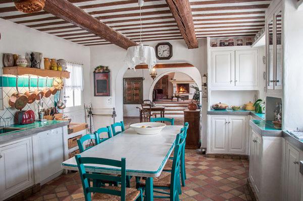 Потолок с декоративными балками добавляет шарм старины