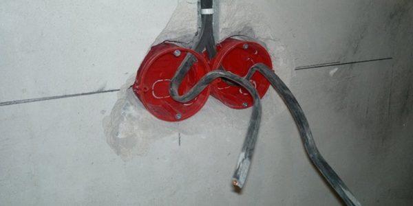 Предварительная установка подрозетника без раствора с целью примерки