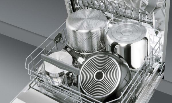 Пример правильного расположения габаритной посуды в лотке посудомоечной машины для мытья