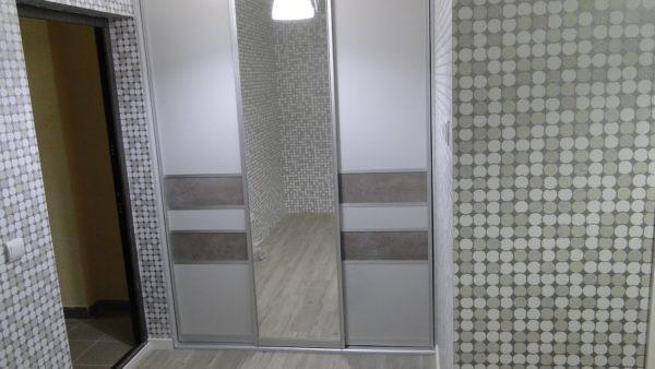 Процесс монтажа встроенного шкафа купе с тремя дверями
