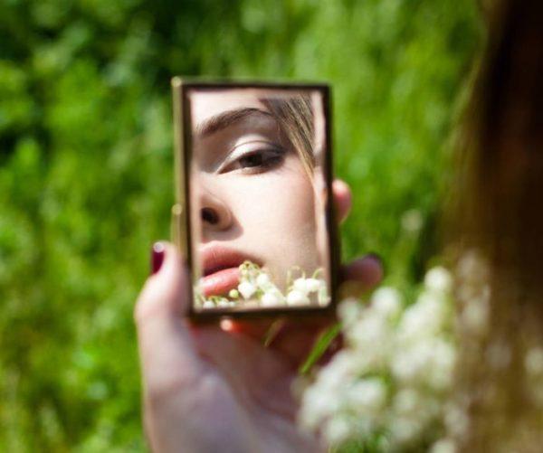 Считается, что двум девушкам луче не использовать одно зеркальце одновременно