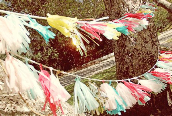 Сделайте еще несколько кистей разных цветов и повесьте их на ленту