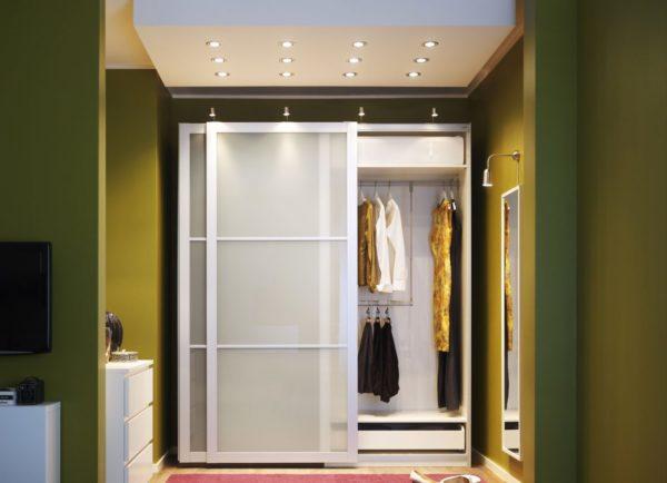 Шкафы из гипсокартона удобно использовать для хранения одежды и прочих нетяжелых вещей