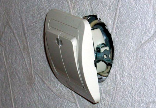 Установка встраиваемого в стену выключателя