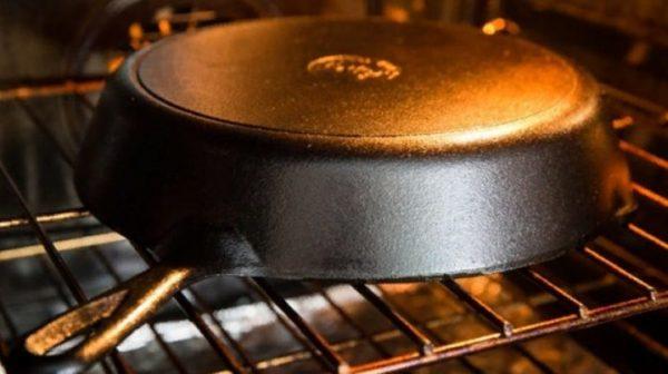 В течение часа сковородку держат в духовке