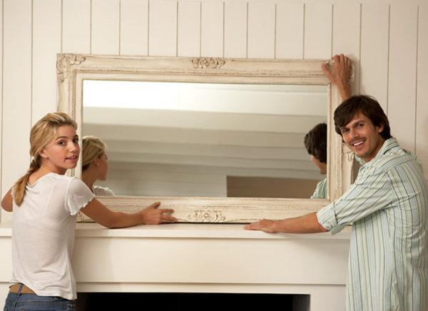 Вешайте зеркала так, чтобы на них не попадали прямые лучи солнца