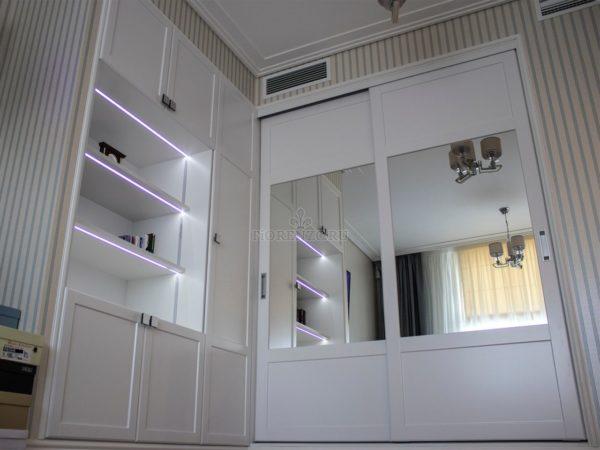 Встроенный шкаф с подсветкой и шкаф-купе, вид снизу