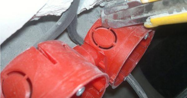Вырезание заглушки, в местах, предназначенных для ввода кабеля