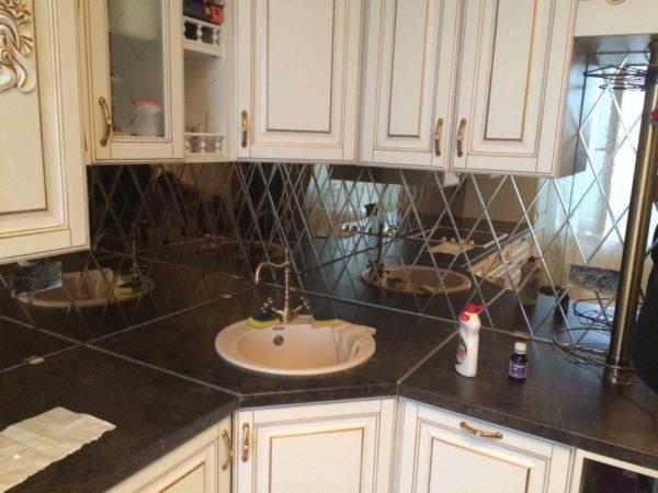 Зеркальный фартук ромбами для светлой кухни