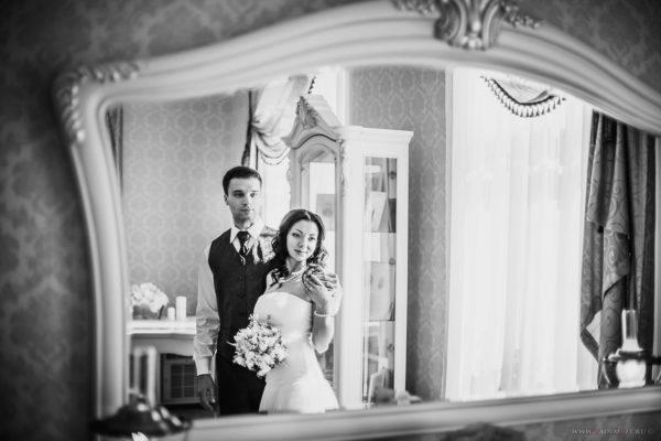 Когда невеста или жених смотрится в зеркало, никто не должен становиться перед зеркалом – в противном случае супруга или супругу могут увести из семьи. Народная примета