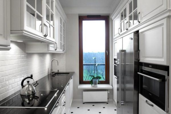 Одно из главных преимуществ данного стиля – его поразительная способность одинаково хорошо вписываться в интерьер как большой, так и маленькой кухни