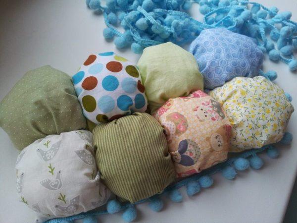 Ребенку понравятся развивающие элементы одеяла-бонбон
