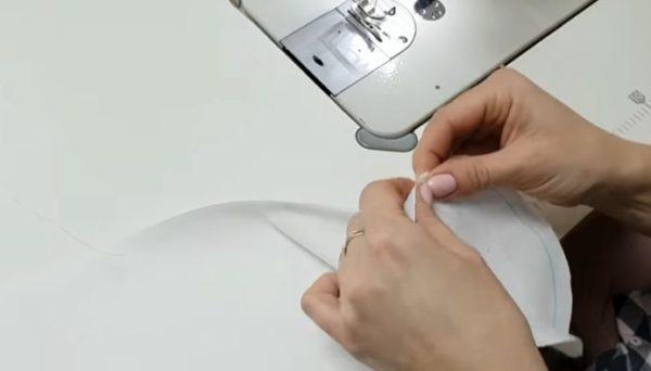 Пришивают круги медленно и аккуратно, чтобы детали не пошли складками
