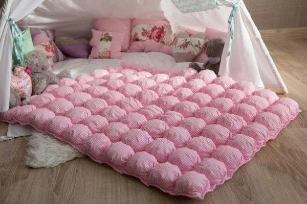 Однотонное одеяло тоже может быть привлекательным