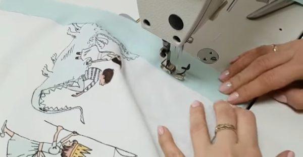 Пришиваются ленты на машинке с двух сторон и утюжатся